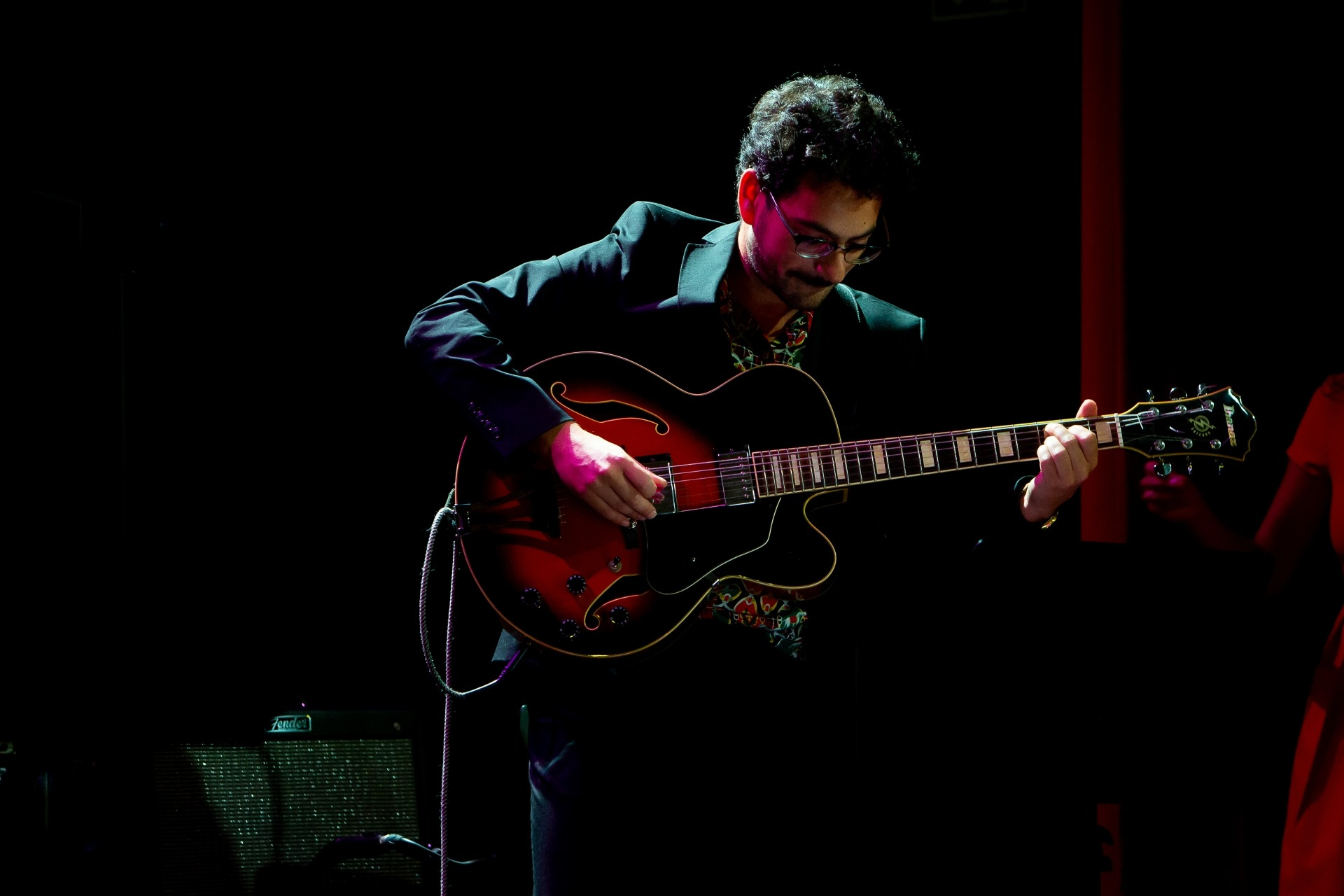Bruno Pernadas toca guitarra elétrica.
