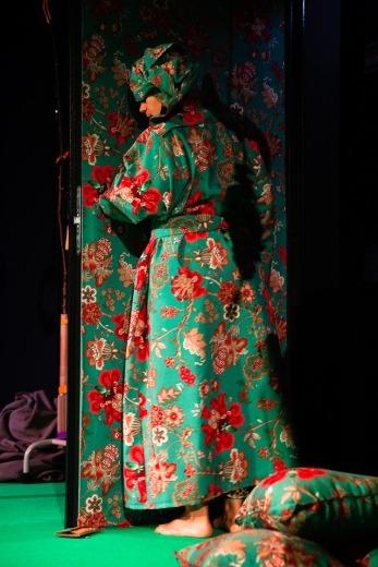 A atriz Crista Alfaiate está camuflada com um tecido às flores na Peça «Um Tigre-Lírio é Difícil de Encontrar», de Alex Cassal.