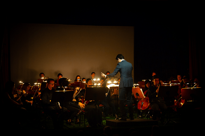 Maestro Élio Leal a reger a Orquestra Juvenil de Lisboa durante o espetáculo Fábulas de La Fontaine.