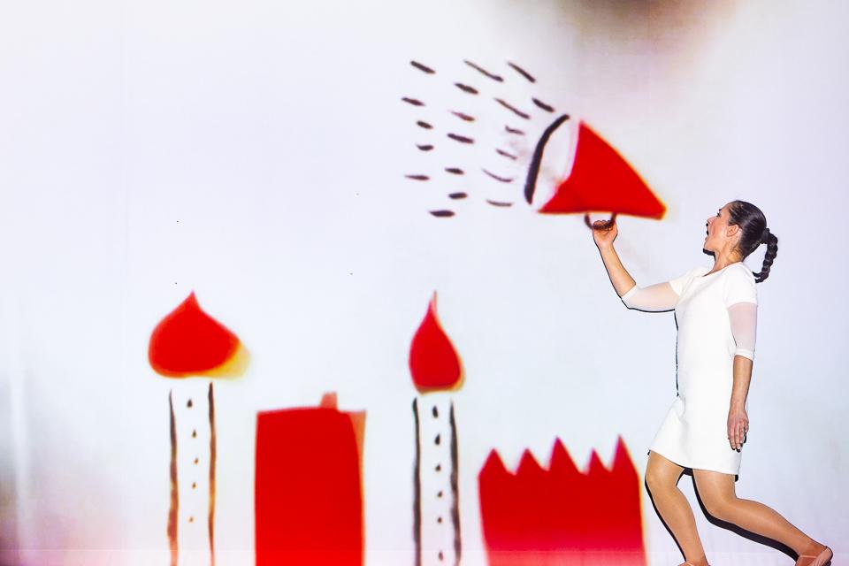 A atriz Susana Branco grita por uma corneta de som desenhada e projectada em tempo real por Bernardo Carvalho no esptáculo