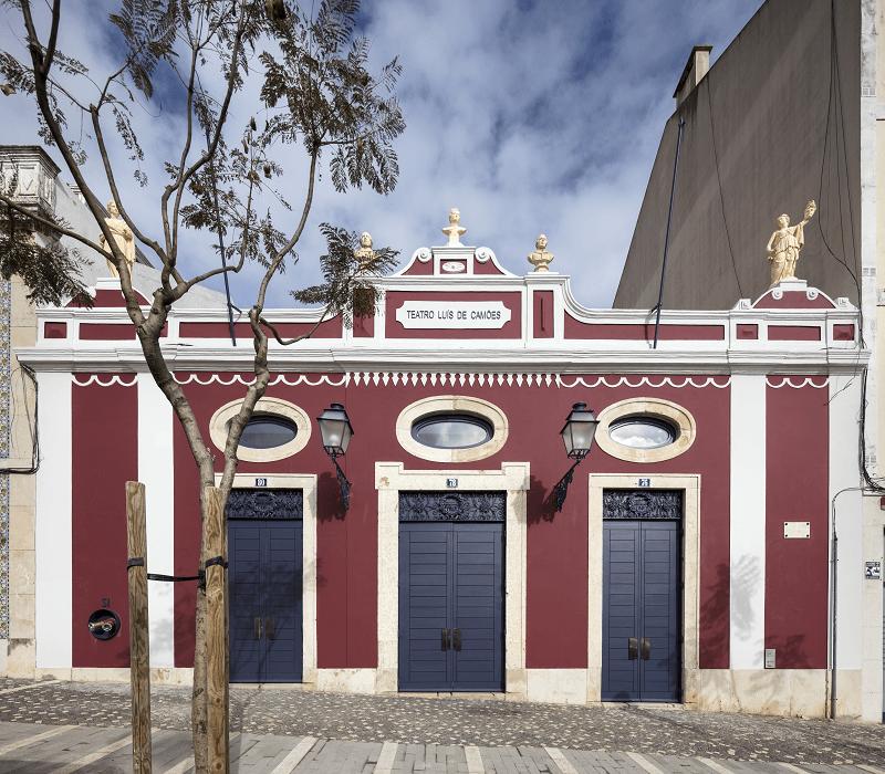 Fachada do LU.CA -Teatro Luís de Camões com as portas fechadas