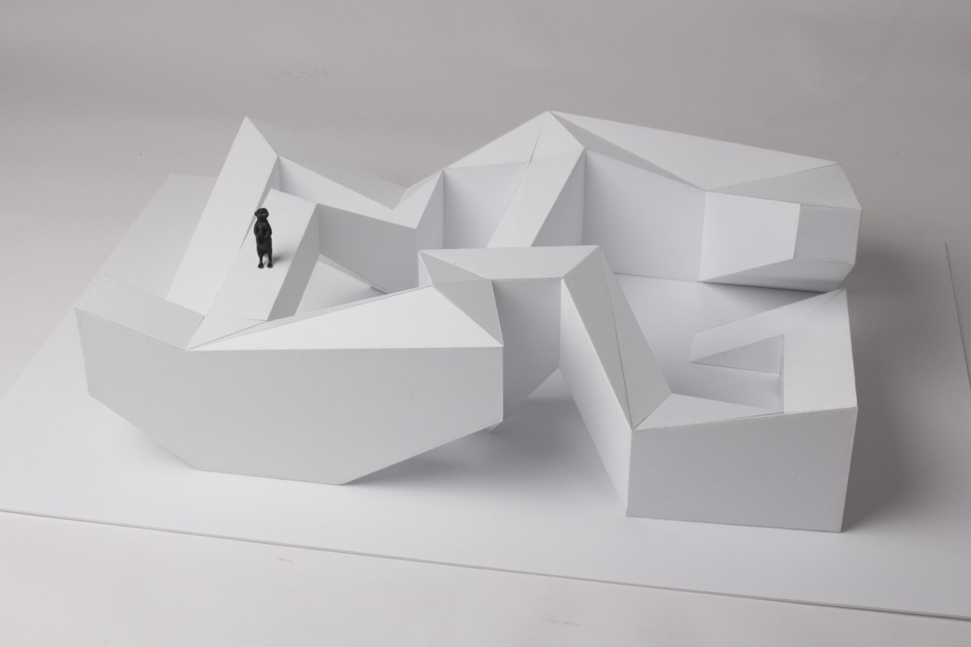 Maquete branca com um suricata de brincar preto