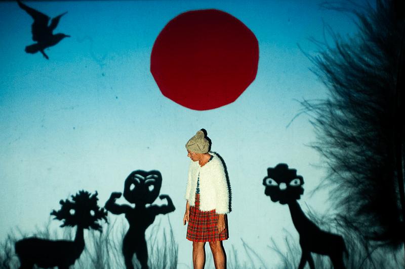 A atriz Ana Brandão interage com desenho projetados em tempo real no espetáculo