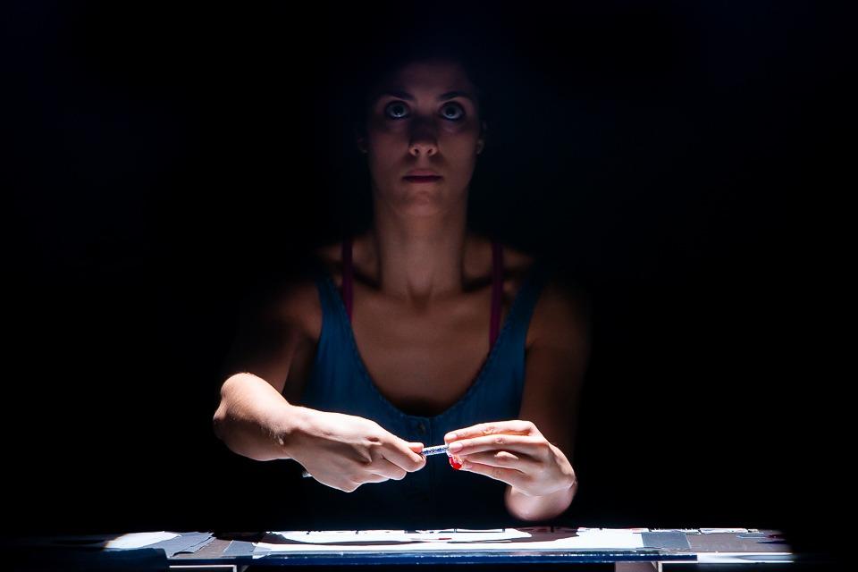 Catarina Sobral afia um lápis sobre o projector para produzir imagens em tempo real durante o espetáculo