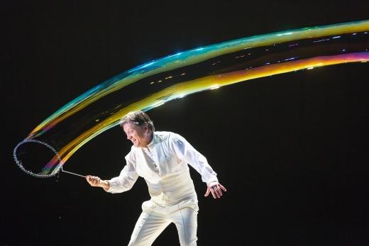 Fotografia de Pep Bou a fazer uma grande e longa bola de sabão.