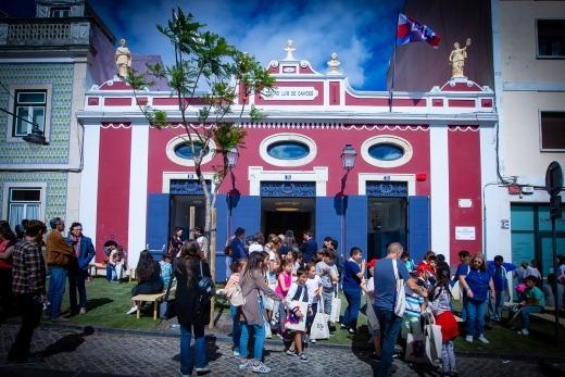 Crianças e adultos convivem em frente à fachada do Luca - Teatro Luís de Camões.