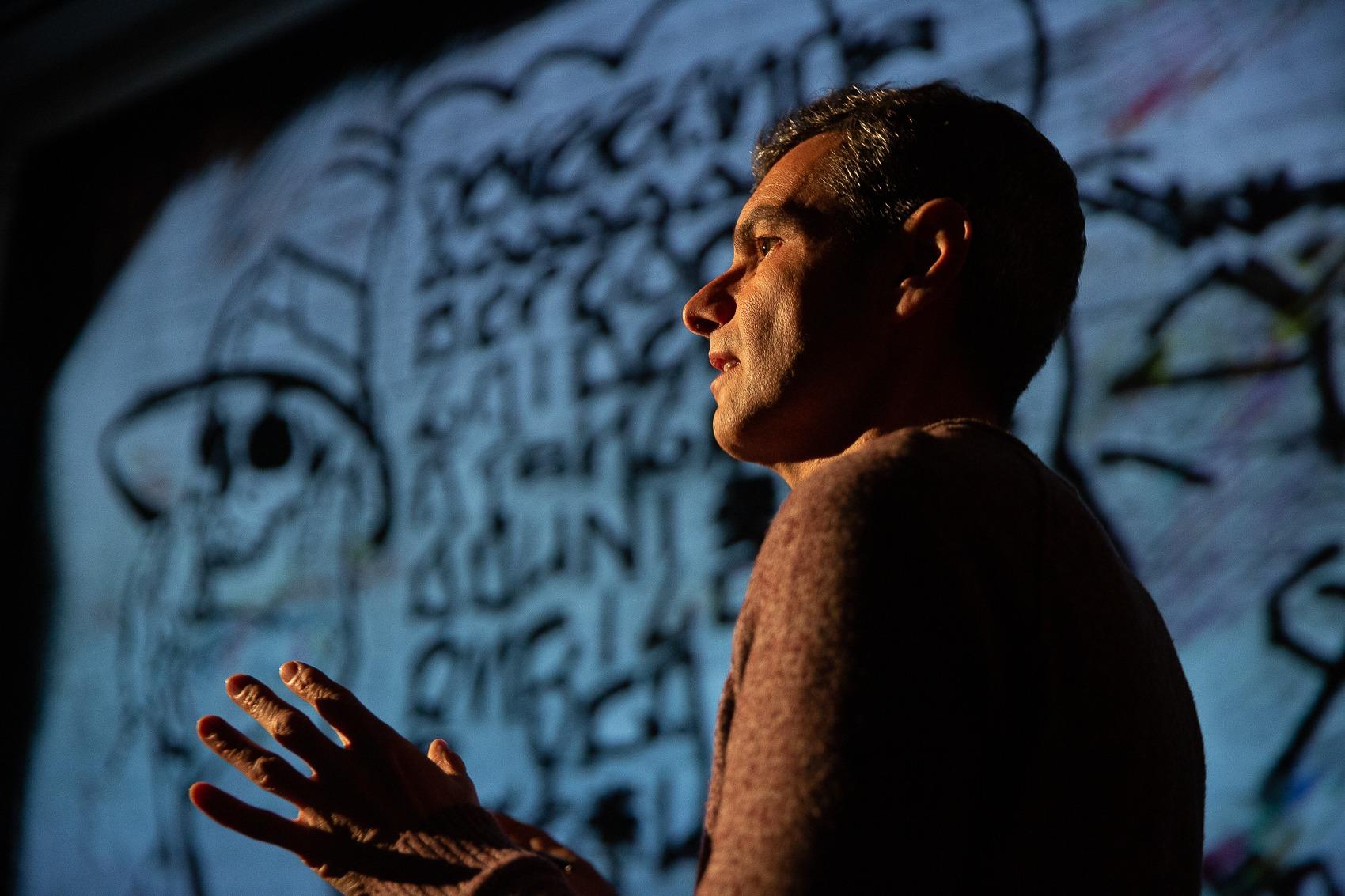 Fotografia de António Jorge Gonçalves de perfil em cena no espectáculo Válvula.
