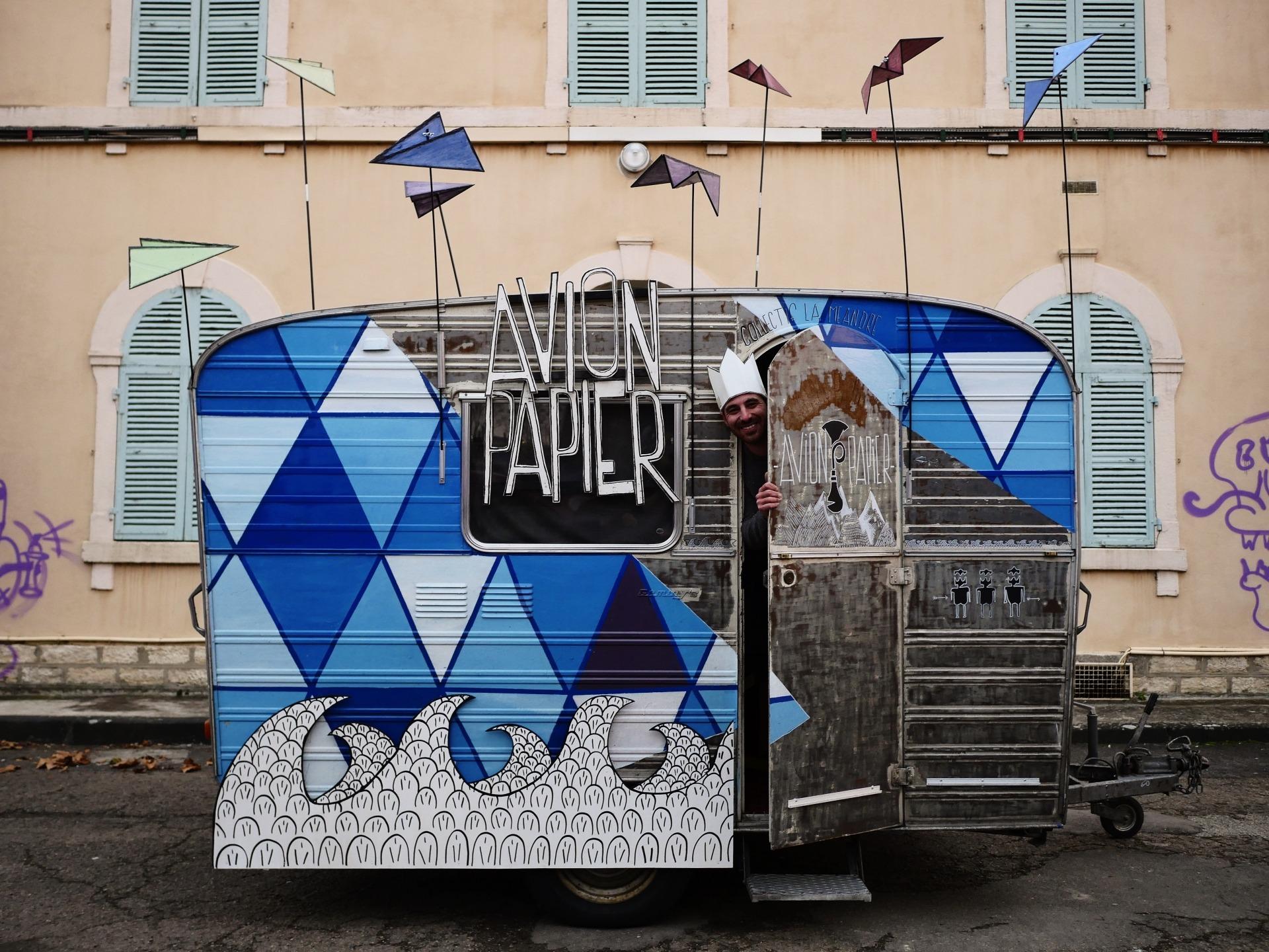Fotografia exterior da caravana que serve de abrigo ao espetáculo Avio Papier