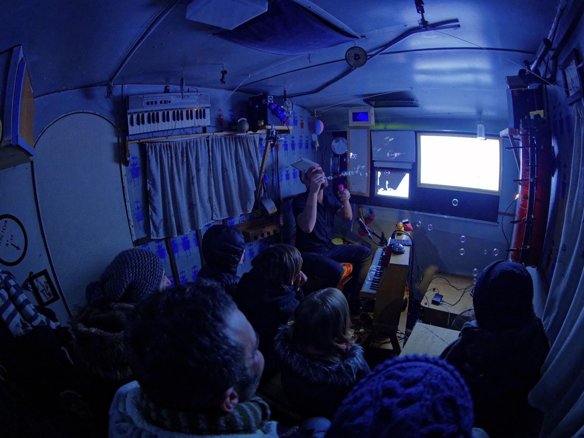 Fotografias do interior da caravana do espectáculo Avion Papier