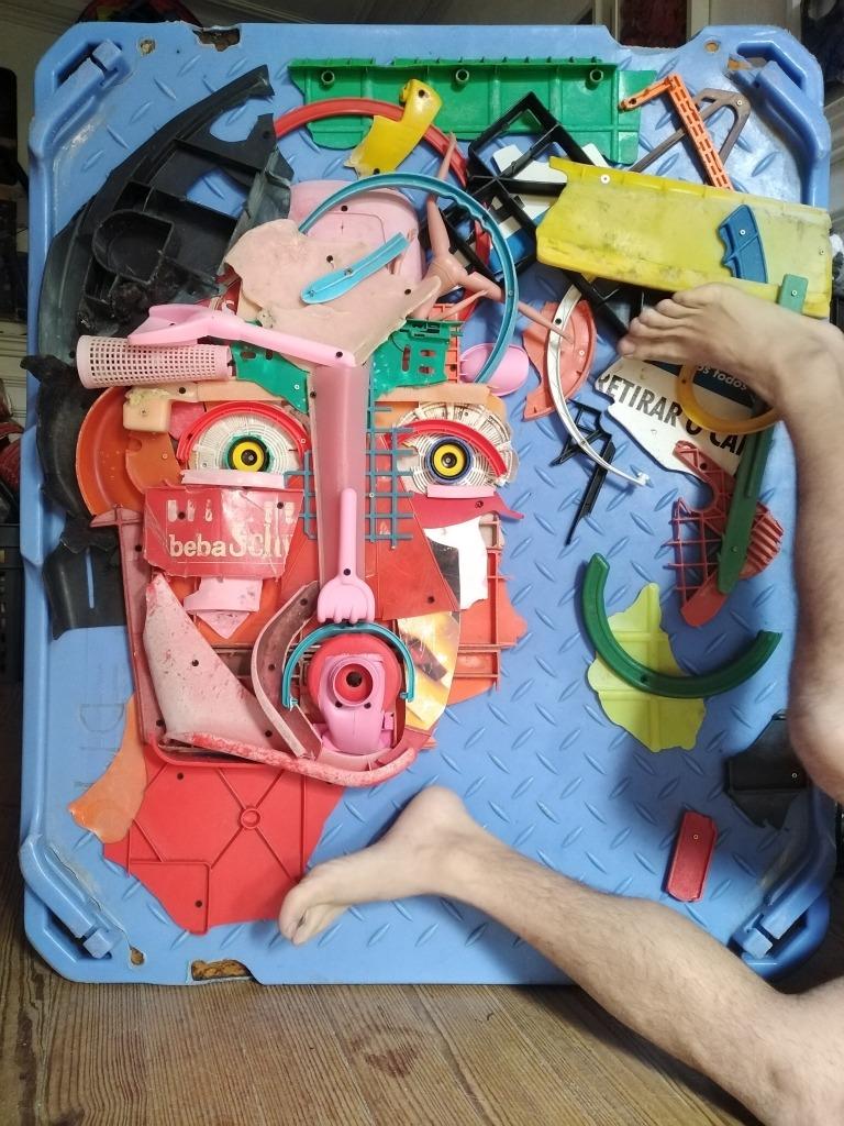 escultura em plásticos recicláveis que desenha uma cara humana.