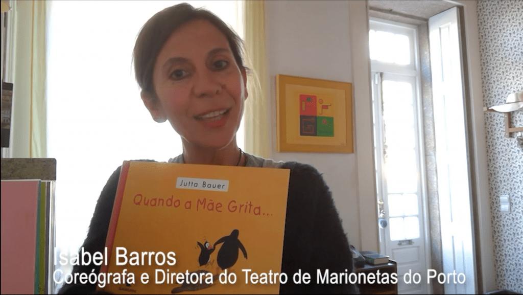 Isabel Barros, coreógrafa e diretora do Museu da Marioneta do Porto segura o livro